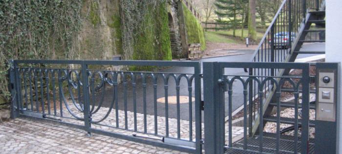 Schlosshotel Rabenstein - Automatikdrehtor mit restaurierten Füllelementen